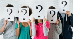 people-holding-question-marks-in-front-of-faces pic